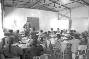 图3-2 在一处遗弃的工棚里开办的学前班