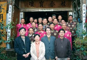 2007年4月王卡带领课题组成员在云南腾冲调研洞经文化