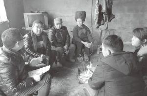 图1-3 在村民家里做问卷调查