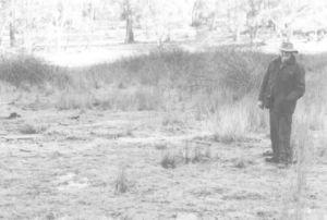 图4 杰克·赫利希穿过黑莓,走在阿贡老学校的旧址上