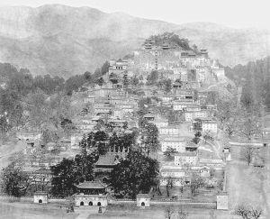 图Ⅶ-04 普陀宗乘之庙(从对面避暑山庄北墙的整体观看)