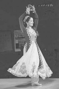 图6 维吾尔族女士服饰(作者摄)