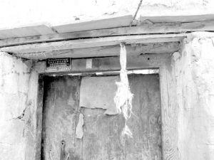 图7-2 朗塞岭村民家门楣上挂的辟邪物(方素梅摄于2012年7月)