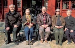 左起:马克垚教授、齐文颖教授、黄安年教授、周怡天教授、杨立文教授
