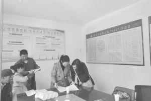图3-1 调研组在村委干部协助下设计抽样框,确定并联系抽样农户