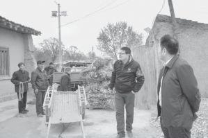 图4-4 老庄村驻村帮扶队干部走访了解村民生计