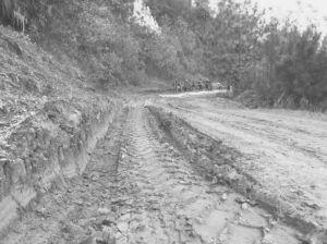 图1-4 雨后河源村的路