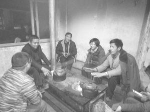 图1-13 笔者在河源村村委会与驻村工作队和乡长座谈