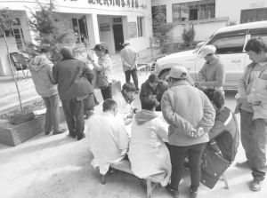 图2-1 玉龙县人民医院为河源村民义诊