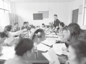 图2-1 课题组在并嘎村村公所与部分贫困户座谈