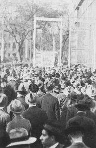 图4-7 1919年11月香宾广告牌前的人潮