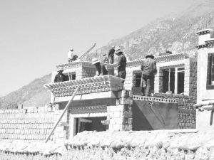 图10-2 农民正在修建安居房
