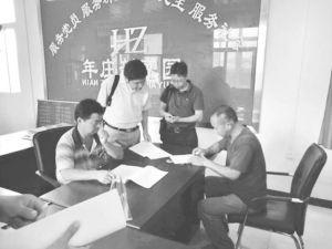 图4-7 调研组指导村民填写问卷调查Ⅱ