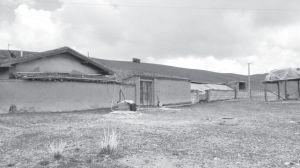图3-12 冬场上的一户人家