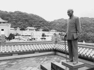 矗立于台北故宫博物院的蒋介石铜像(作者拍摄)