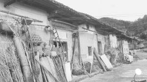 图2-9 蛛岭村某贫困户家屋外景