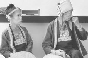 图1-2 身着民族服装的安马村村民