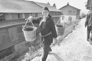 图2-1 劳作归来的安马村村民
