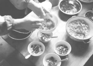 图2-3 安马村村民家中打油茶