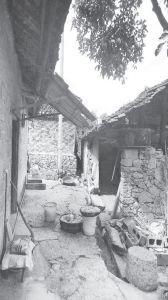 图7 待改造的旧房屋(院内)