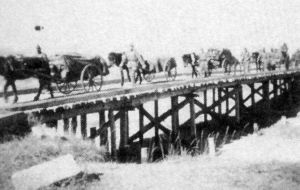 正在渡桥的新野中队(拍摄于昭和十二年前后)