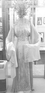 图7 裙处暗藏电灯泡装饰的电灯衫