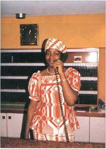 身着加蓬民族服装的少女