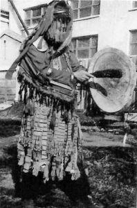 图1-3 纽拉的萨满服、鼓、槌
