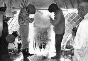 图2-14 鄂温克族仪式中用烟净化萨满服