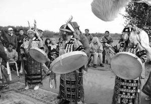 图6-7 穿着达斡尔族萨满服的三位萨满,左为沃菊芬,中为斯琴挂,右为图雅