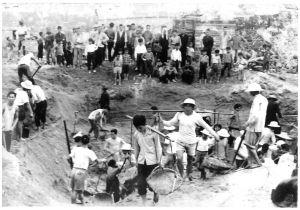 图3-7 马场菜农在关闸马路旁挖水塘