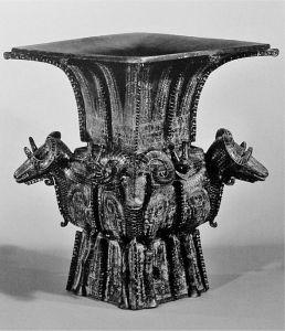 图2-4 青铜四羊方尊 商代晚期 高58.3cm
