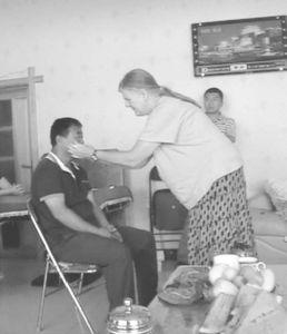 苏珊萨满为达斡尔族民众诊断疾病