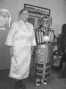 身着达斡尔民族服饰的苏珊萨满与斯琴挂萨满合影留念