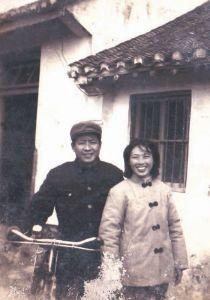 1983年与爱人合影,拍摄于启东县城朱家宅