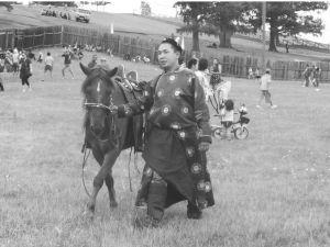 穿图瓦民族服装的运动员