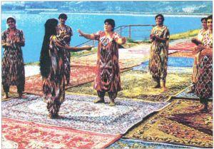 身着民族服装的塔吉克妇女