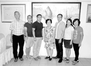 图1 砂拉越华人学术研究会文化导览团成员与该会会长林韶华博士(中)合影