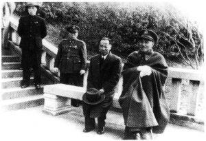 资源委员会第一任委员长蒋介石和第一任主任委员翁文灏(右1为蒋介石,右2为翁文灏)