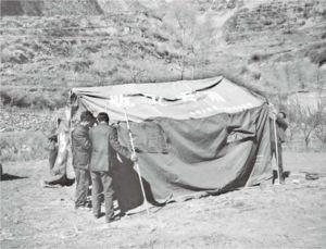 开始搭建帐篷的村民