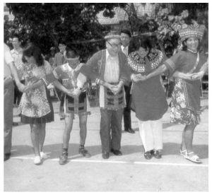 经国先生与原住民一起载歌载舞