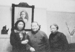 图3-9 在宋庆龄女士的住宅中。作者与宋庆龄女士(中间位置)、廖梦醒一起