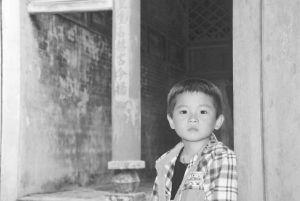 图20 祠堂门口的小男孩(拍摄于2016年3月)