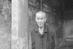 图21 祠堂里的老人(拍摄于2016年3月)