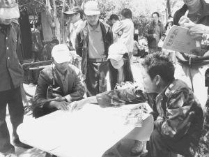 学生与居民一起就站工市场的设计进行讨论