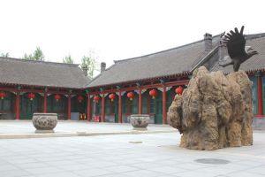图6-12 王百川宅院落(图中左侧为正房)