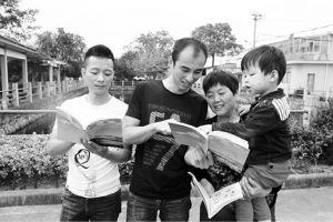 """村民正在翻阅""""宁海36 条""""宣传画册"""