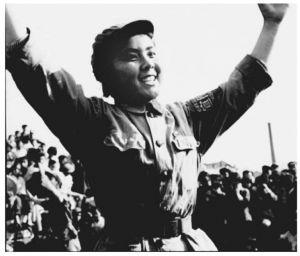 图5 北京街头跳忠字舞的红卫兵(李振盛摄)