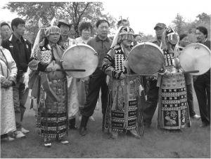 图1 主祭萨满沃菊芬(左)、师傅萨满斯琴挂(中)和陪祭萨满图雅(右)