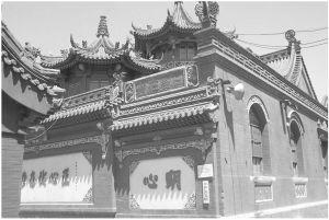 图2 呼和浩特市清真寺建筑外观一角,周边均是回族居民的民房